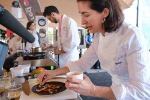 La chef con tres estrellas Michelín Elena Arzak habló de sostenibilidad y cocinó langosta. Fotos: Sergio G. Cañizares