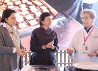 La presentadora Julia Pérez con Fina Puigdevall y Lina Prats.