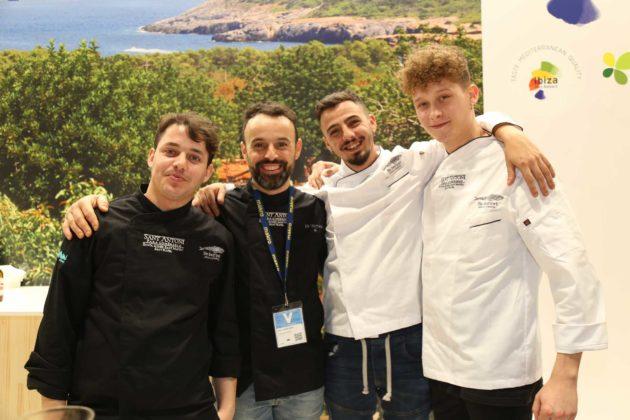 Los jóvenes chefs José González, José Miguel Bonet, Alfonso Bosch y Álvaro Tafor tras la degustación gastronómica ofrecida por Sant Antoni.