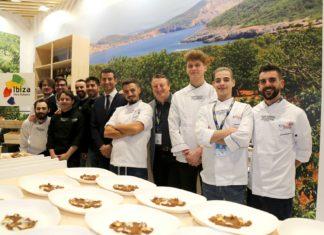 El alcalde Marcos Serra y el concejal Miguel Tur, de Sant Antoni, con los chefs participantes del municipio. Fotos: J.S.